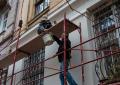 У Чернівцях 57-річний чоловік впав із риштування будинку