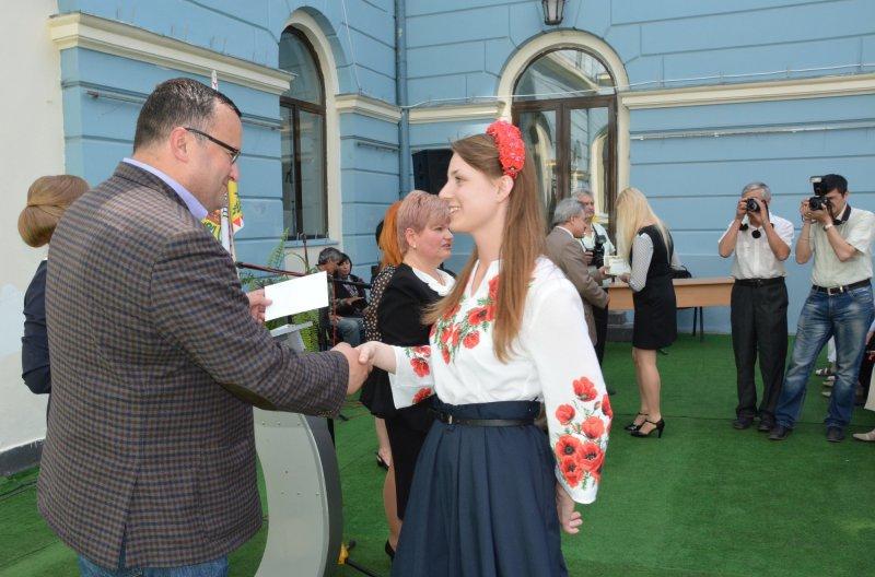 20 травня, у Ратуші 92 – м школярам Чернівецької міської ради вручили грошові винагороди.