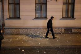 У Чернівцях з будинку на Кобилянської обвалився шматок фасаду (фото)