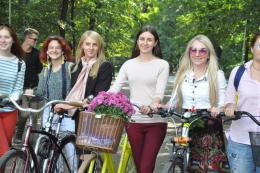 У Чернівцях десятки жінок влаштували велопарад