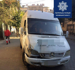 У Чернівцях на Українській п'яний водій на бусі врізався в стовп та продовжив рух
