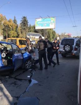 """На проспекті Незалежності у Чернівцях """"Ніссан"""" врізався у джип"""