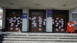 У Чернівцях група активістів обліпила наклейками двері двох департаментів (фото)