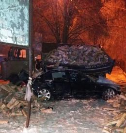 """У Чернівцях поблизу """"Калинки"""" водій врізався у припарковану на узбіччі вантажівку, є жертви (фото)"""