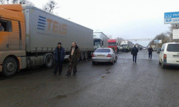 """На буковинському пункті пропуску """"Порубне"""" утворилась черга з понад 150 вантажівок"""