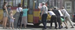 У центрі Чернівців пасажири штовхали тролейбус (відео)