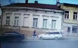 У Чернівцях п'яний водій «Жигулів» ледь не збив дівчину на тротуарі (відео)