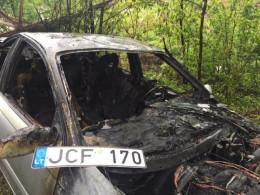 Опублікували фото ДТП, в якій іномарка знесла білборд і загорілась