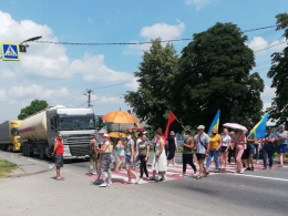 На Буковині протестувальники третій день блокують трасу на Хотинщині