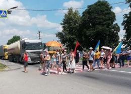 """На Буковині хотинчани продовжують перекривати дорогу """"Чернівці-Житомир"""""""