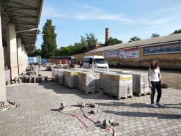 На автовокзалі в Чернівцях стелять нову бруківку (фото)