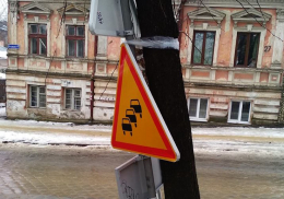 У Чернівцях дорожні знаки кріплять клейкою стрічкою (фото)