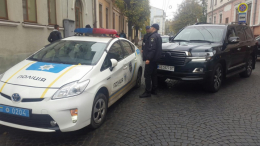 У Чернівцях на Університетській позашляховик протаранив авто поліції (фото)