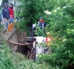 На Буковині авто з нетверезим водієм впало з моста в кювет (фото)