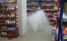 У Чернівцях посеред торгового центру зненацька з-під підлоги утворився потужний фонтан (відео)