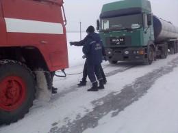 На Буковині вантажний автомобіль з`їхав у кювет
