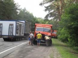 На Буковині КАМАЗ врізався в автобус..