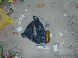 У Кіцмані мешканці будинку знайшли у смітнику справжню гранату (фото)