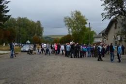 На Буковині люди вийшли на протест через вантажівку, яка висипала відходи поблизу села (фото)