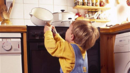 На Буковині двохрічна дитина вилила на себе гарячий окріп
