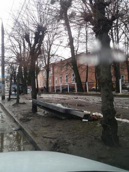 У Чернівцях невідомі вандали розтрощили рекламну конструкцію (фото)