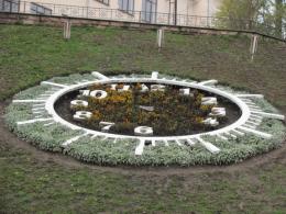 У Чернівцях на зиму демонтують квітковий годинник