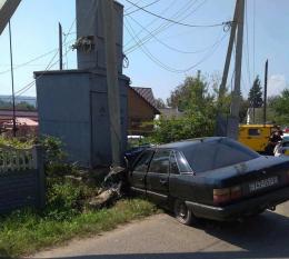 """У Садгорі водій на """"Ауді"""" збив електроопору і втік з місця аварії"""