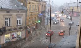 Вулиця у центрі Чернівців перетворилась у річку