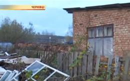 У Чернівцях двоє дітей та матір жили на звалищі серед безхатьків (відео)