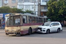 """У Чернівцях на Південно-Кільцевій """"Lexus"""" врізався у тролейбус"""