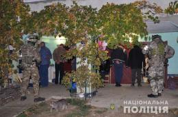 Оперативники затримали злочинну групу з 10 чоловіків та жінки, які організували на Буковині масштабний наркобізнес (фото+відео)