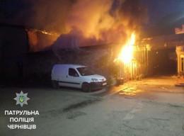 """У Чернівцях патрульні врятували """"Peugeot"""" від загорання"""