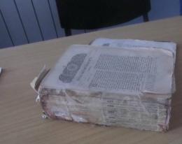 На Буковині прикордонники затримали іноземця, який намагався приховано вивезти старовинну Біблію (фото)