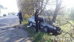На Буковині ВАЗ врізався у дерево, загинула юна пасажирка