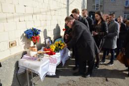 Чернівецькому воїну відкрили пам'ятний знак у гімназії, де він вчився