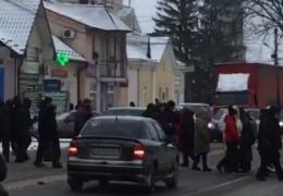 На Буковині жителі одразу трьох сіл перекривали трасу