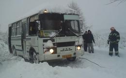 На Буковині через снігову стихію маршрутка з'їхала в кювет (відео)