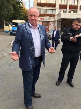 У Чернівцях народного депутата облили кефіром (фото)