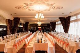 На Буковині власника ресторану покарають за весілля на сотню осіб