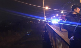 У Чернівцях патрульні врятували чоловіка, який стрибнув з мосту (відео)