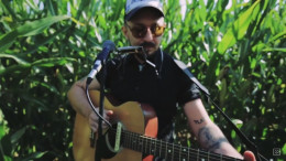 Музикант із Чернівців записав відео свого виступу серед кукурудзяного поля (відео)