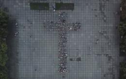 У Чернівцях на Соборній площі створили живий інтерактивний хрест (відео)