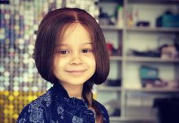 Маленькій буковинці, яка бореться з онкохворобою, подарували волосся, яке їй пожертвувала поліцейська