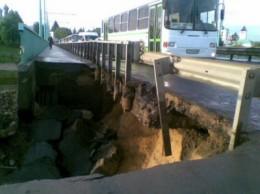 По дорозі на Чернівці обвалився міст через Дністер...