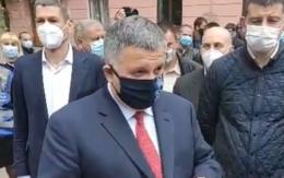 Міністра внутрішніх справ Авакова під Чернівецькою ОДА зустріли з пікетом