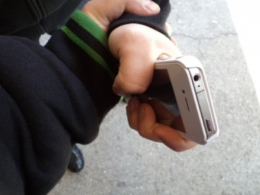 Чернівчанин вночі пограбував жінку, вирвававши телефон з рук