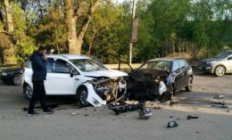 """У Чернівцях на Сторожинецькій """"Опель"""" врізався у """"Форд"""", є постраждалі (фото)"""
