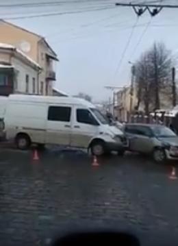 У Чернівцях на Сагайдачного не розминулись мікроавтобус та легковик