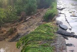 Сильна злива розмила гравійну дорогу в селі на Буковині
