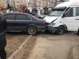 """У Чернівцях на перехресті Героїв Майдану та Комарова бус зіткнувся з """"BMW"""" (фото)"""